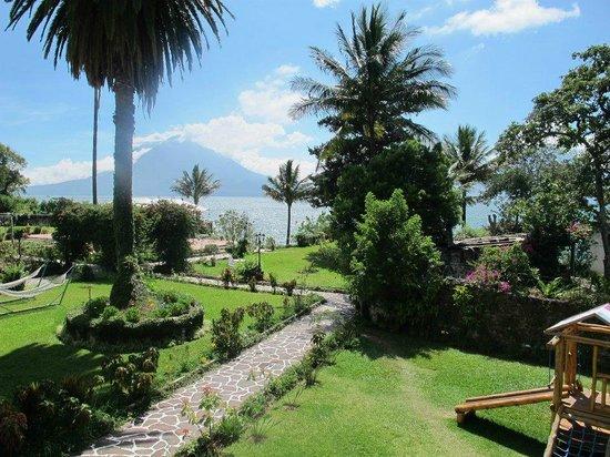 Jardines del Lago: Vista desde la habitación, con el lago y los volcanes de fondo.