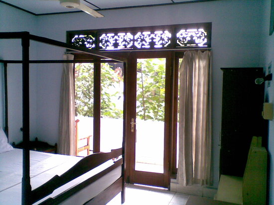 Celagi Inn: room with balinese style bed