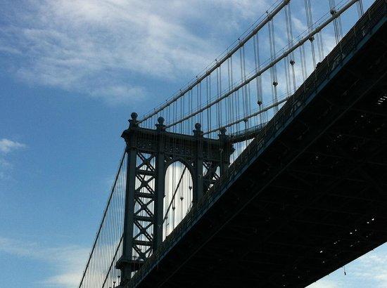 East River Ferry: Williamsburg Bridgeをくぐります