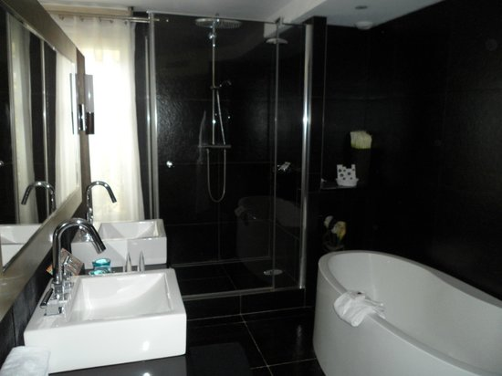 MonHotel Lounge & Spa: Bathroom