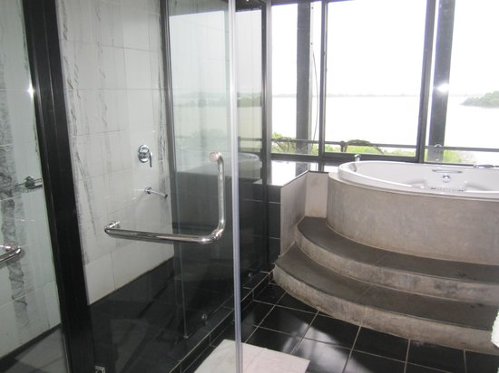 Heritance Kandalama: 7th floor Luxury suite bathroom with a gorgeous view