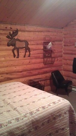 Carlo Creek Lodge: Cabin A queen bed & sitting area