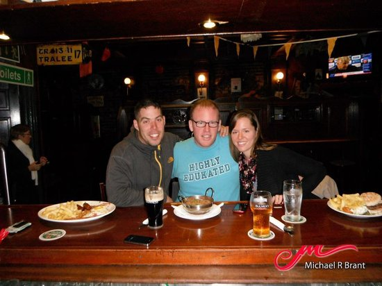 O'Sheas Hotel: Eating at the bar