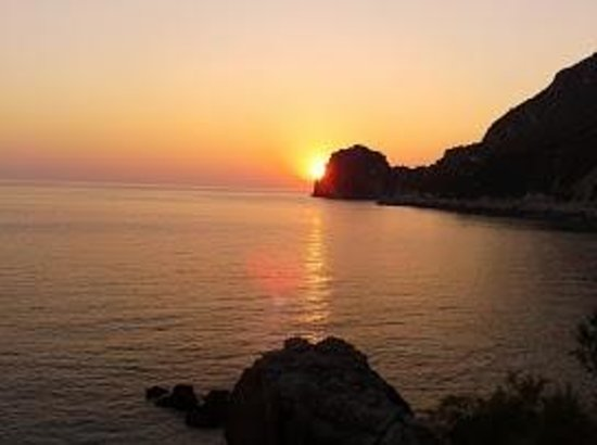Hotel Elena Ermones: Coucher de soleil sur la baie d'Ermones / vue de la chambre
