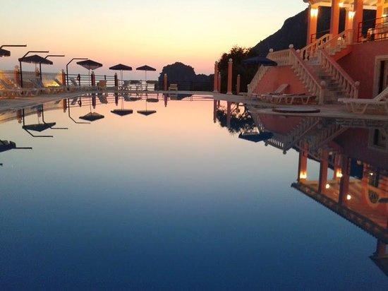 Hotel Elena Ermones: La piscine de l'hôtel à la tombée de la nuit