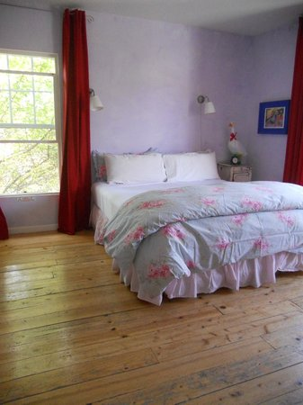Metro Hotel & Cafe: Lovely, comfortable King bed w. down pillows and comforter.