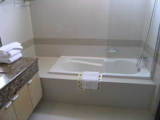 Adelphi Grande Sukhumvit by Compass Hospitality: Big clean bathroom