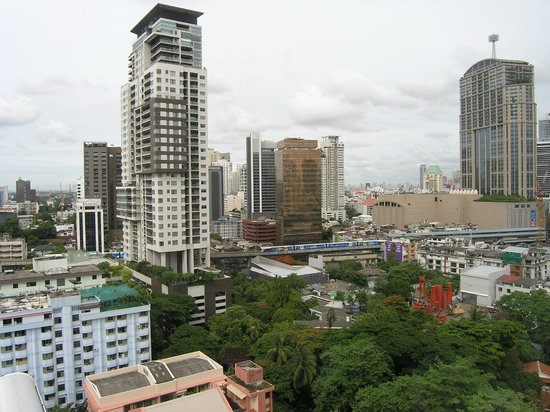 Adelphi Grande Bangkok by Compass Hospitality: A nice view from the room towards Sukhumvit busy street