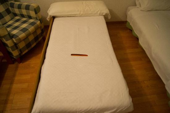 Hotel Leyton: Cama enana