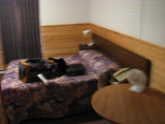 Dockside Motel: bed