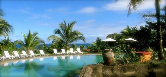 Popa Paradise Beach Resort: Pool and ocean