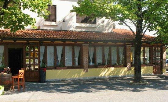 Dobrovo, Slovenien: Il ristorante sull'angolo della strada 2km dal valico Venco