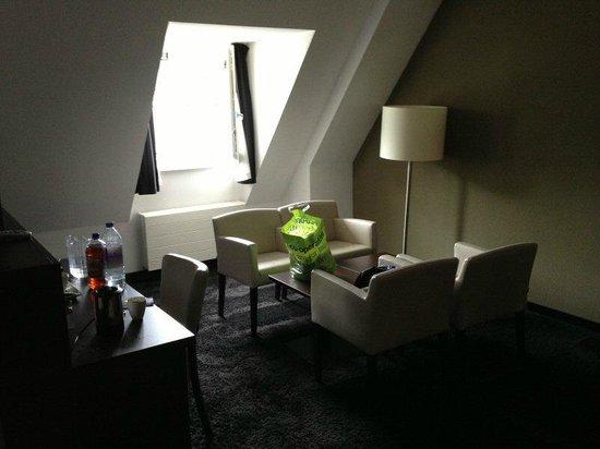 Hotel De Naaldhof: Sitting area with good window lighting
