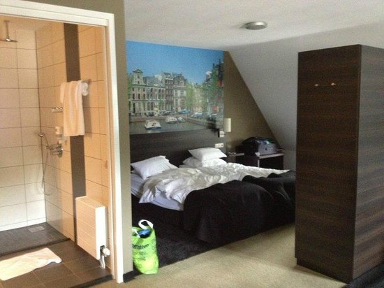 Hotel De Naaldhof: Left side of room showing beds and bathroom area