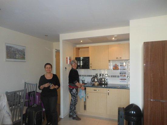 Grand Plaza Serviced Apartments: entrée et kitchenette