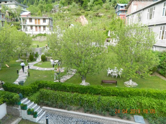 Honeymoon Inn Manali: The lawn