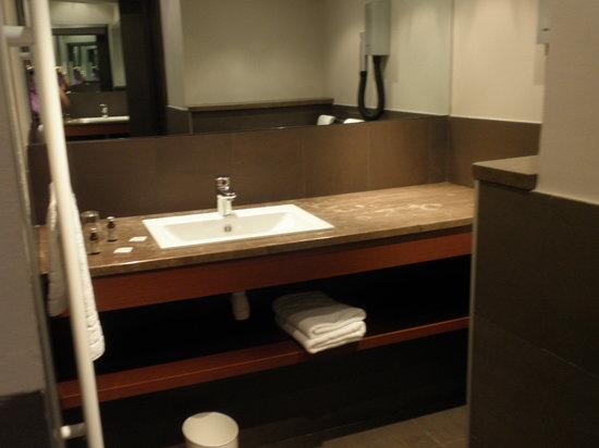 โรงแรมคอนคอเทล: The bathroom