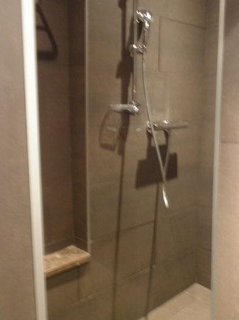 โรงแรมคอนคอเทล: Our shower