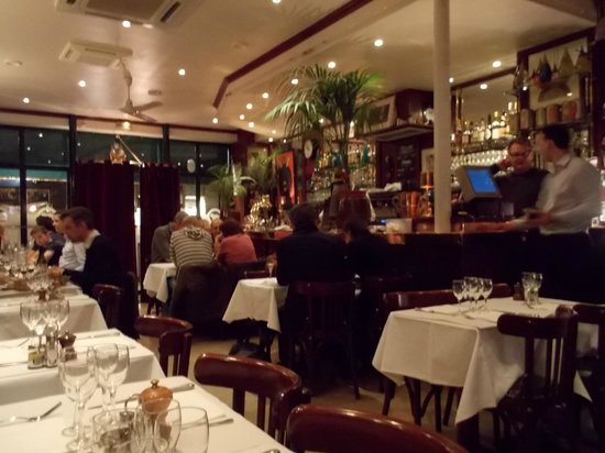 Le Bouledogue Restaurant Cafe & Brasserie: L'ambiente.