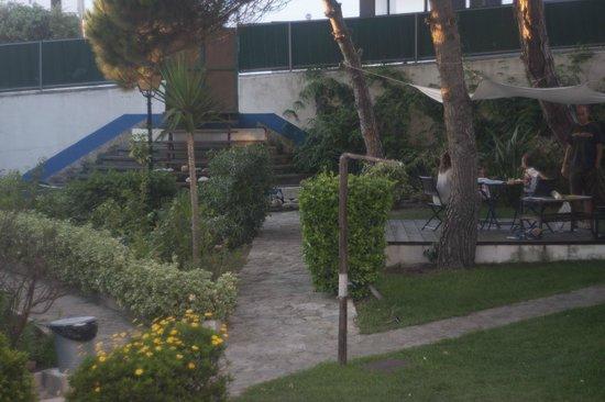 Amar Hostel & Suites: garden