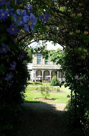 Mercure Burton Upon Trent Newton Park: A peek from the garden towards the hotel