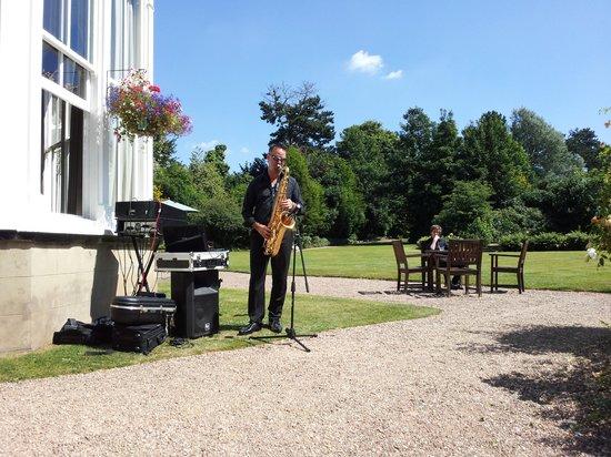Mercure Burton Upon Trent Newton Park: A saxophonist entertained us in the sun