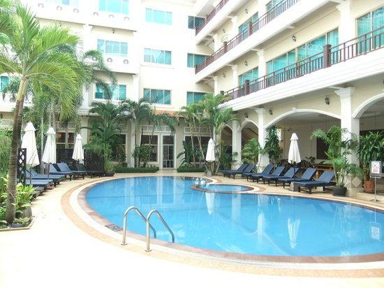 Angkor Holiday Hotel: ホテルの真ん中に位置するプール