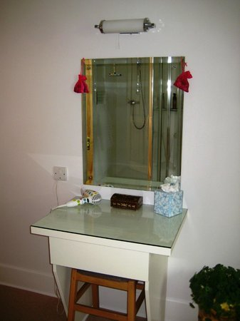 Highcroft Hilton: Makeup table