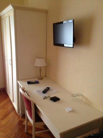 Hotel Excelsior Splendide : Closet, desk & TV set