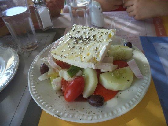 Axiotissa: Insalata Greca con prodotti dell'orto (notare i pomodorini buonissimi)