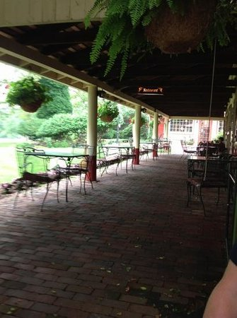 Joseph Ambler Inn: patio outside of restaurant where we ate breakfast.
