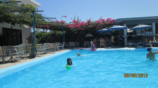 Loutanis Hotel: big pool and seating area