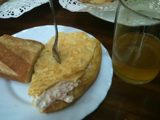 Taberna Danena: Potatoes' omelette filled with txaka