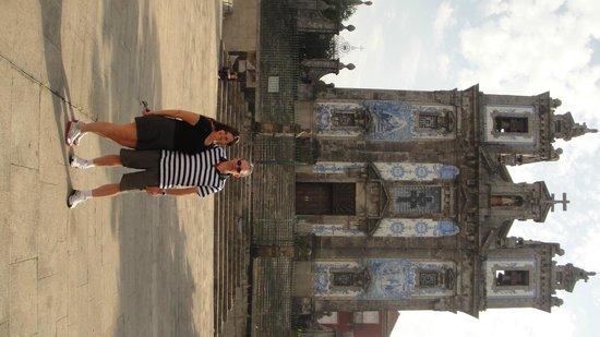 Quality Inn Porto: igreja em frente ao hotel QUALITY e na Praça da Batalha