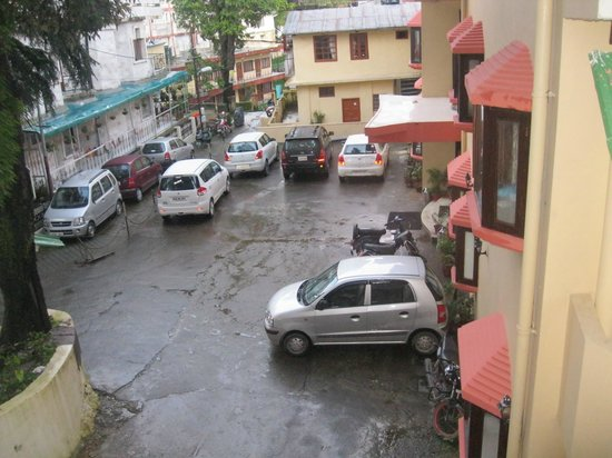 Hotel Mussoorie Club: front parking lot