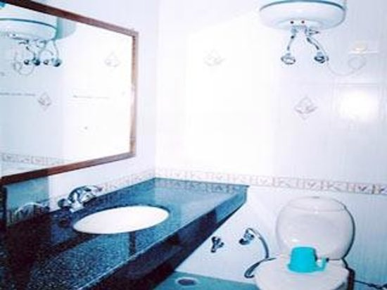 Hotel Mussoorie Club: bathroom