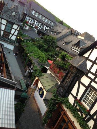 Breuer's Rüdesheimer Schloss : View of the quaint street from our room