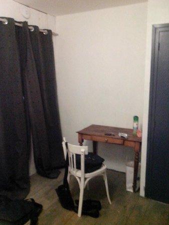 Cafe de la Promenade : bureau de la chambre numero 8