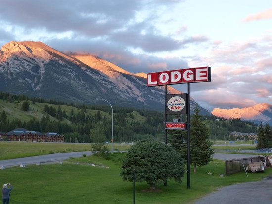 Rocky Mountain Ski Lodge : Entrance  with evening sun on the mountains