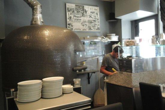 Restaurant Da Alberto: Alberto officiant près du four à pizza venu d'Italie
