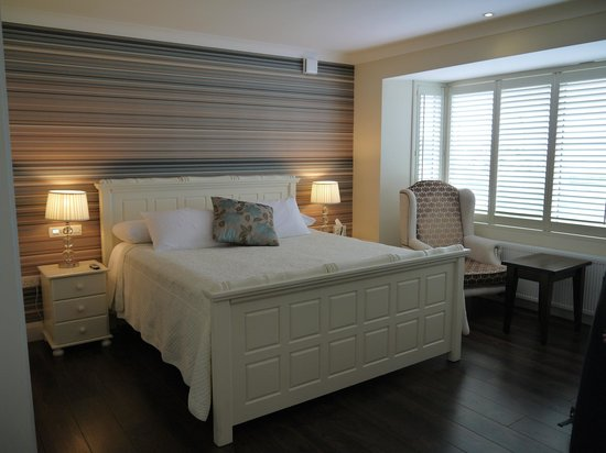 Sea-Breeze Lodge: King bed in Master Suite