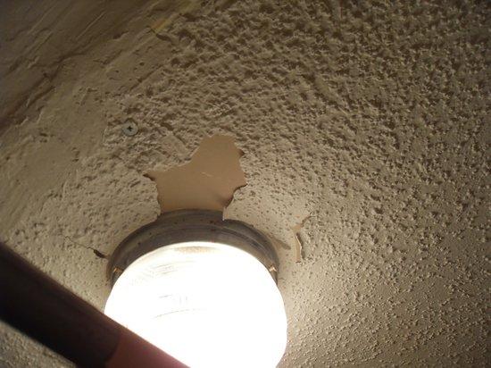 Super 8 Williamsburg Pottery: Bathroom ceiling