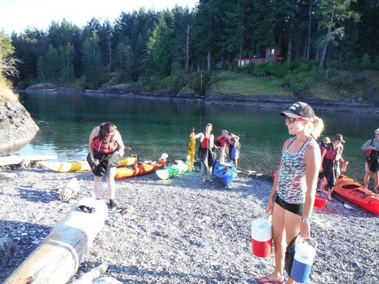 Quadra Island Kayaks - Day Tours: Snack stop on the sunset trip