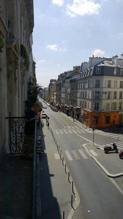 Residence Hotel Villa Montmartre: Mit Blick auf die Strasse aud das Treiben in den Kneipen der Rue de Clignancourt