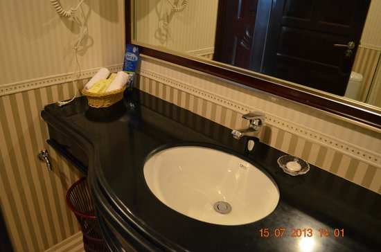 Jin'guan Hotel: Bathroom