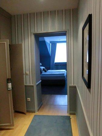 Hotel Kärntnerhof: Entrance to bedroom