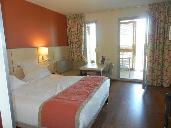 Kyriad Prestige Toulon - L S S M - Centre Port : La chambre avec son petit salon et sa terrasse