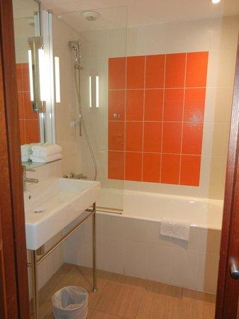 Kyriad Prestige Toulon - L S S M - Centre Port : La salle de bain