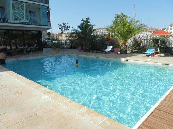 Kyriad Prestige Toulon - L S S M - Centre Port : La piscine extérieure chauffée