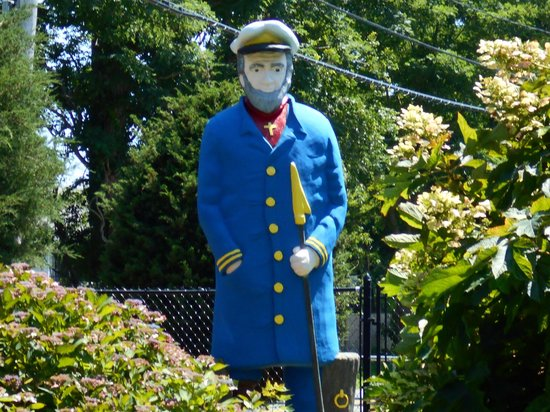 Putter's Paradise : A statue of a sailor, located near the end of the course.